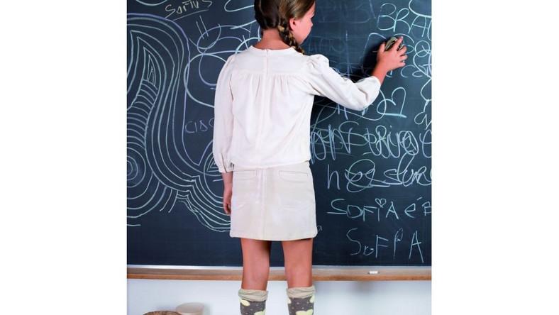 Dziewczynka pisząca na tablicy