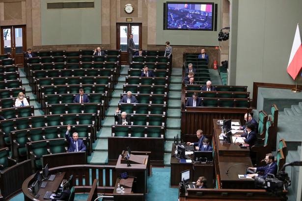 Sejm we wtorek głosował nad zaproponowanymi dzień wcześniej przez Senat dziesięcioma poprawkami do nowelizacji ustaw w zakresie systemu ochrony zdrowia, związanych z zapobieganiem, przeciwdziałaniem i zwalczaniem COVID-19.
