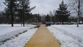 W Archangielsku na chodniku zamiast asfaltu pojawił się parkiet