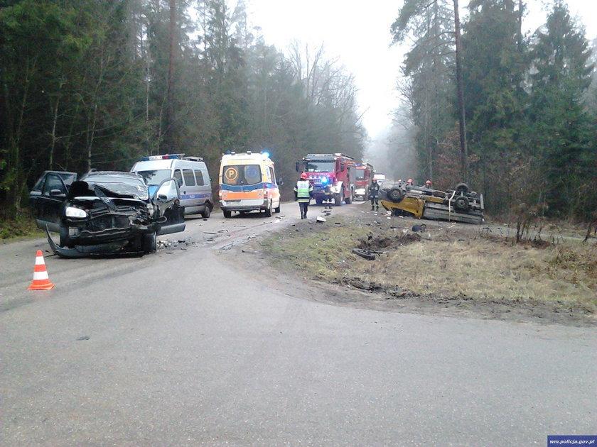 Kierowca hyundaia i trzech mężczyzn podróżujących fordem trafiło do szpitala z ogólnymi potłuczeniami ciała