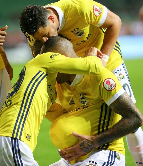 Fudbaleri Fenerbahčea će biti šampioni ako pobede u poslednjem kolu, a Galatasaraj izgubi