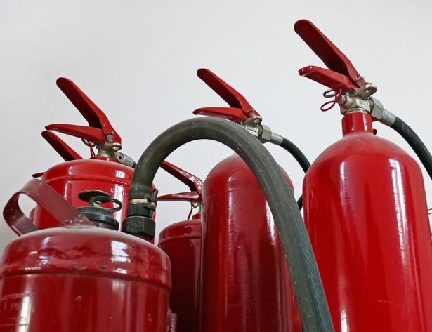 W styczniu organizacje pracodawców wystąpią do resortu pracy o zmianę przepisu nakładającego na firmy obowiązek zatrudniania osób przeszkolonych w zakresie ochrony przeciwpożarowej.