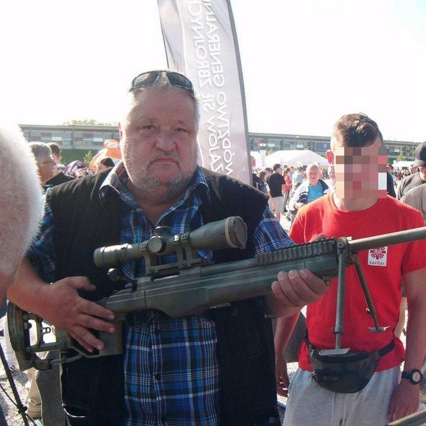 Polityk PiS z karabinem na ulicy. Będzie strzelał?