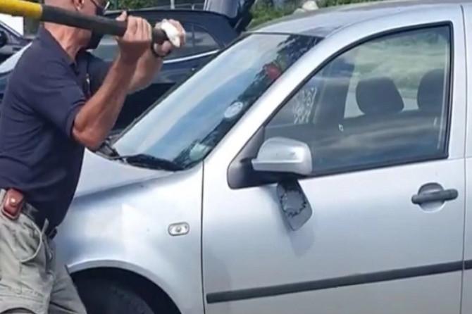 Šokantan snimak OBILAZI FEJSBUK, a ovo se DEŠAVA SVAKOG LETA: Na parkingu su u kolima videli OVAJ PRIZOR i odmah krenuli da razbijaju staklo