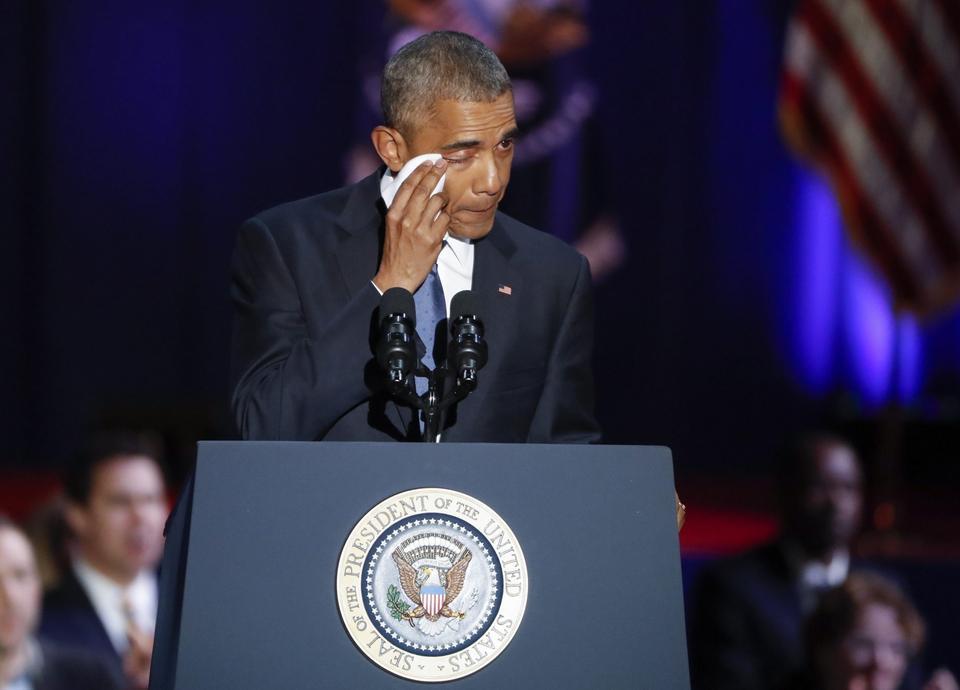 Obama podziękował za poświęcenie swojej rodzinie - żonie Michelle i córkom o imionach Malia i Sasha. W tym momencie prezydent nie mógł ukryć wzruszenia wycierając łzy chusteczką.