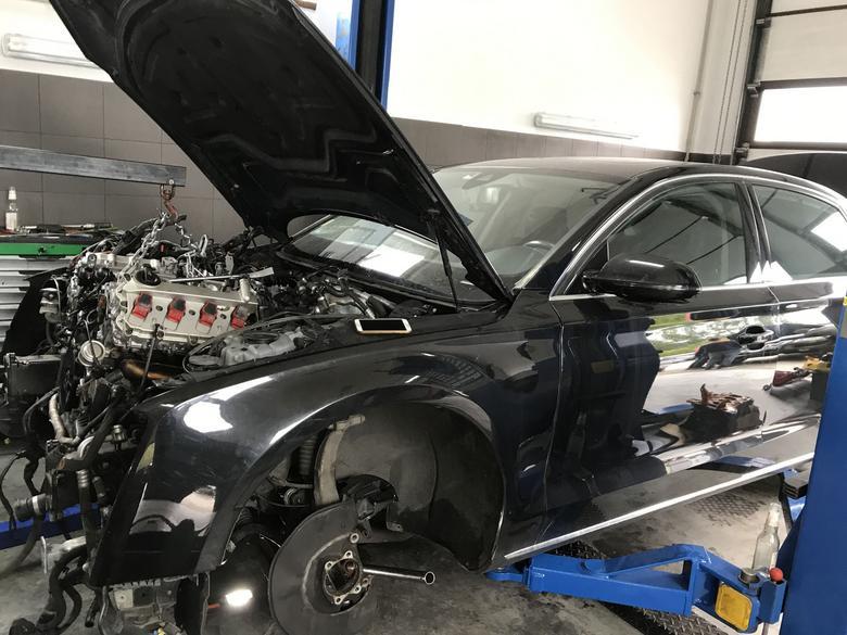 Na zdjęciu Audi z silnikiem benzynowym 4.2  – moc tych silników to  – w zależności od rocznika  i wersji – 350 KM i więcej. Wymiana silnika na nowy to w przypadku kilkuletniego auta koszt przekraczający wartość auta. Ekonomicznie sensowny jest montaż używanej jednostki.