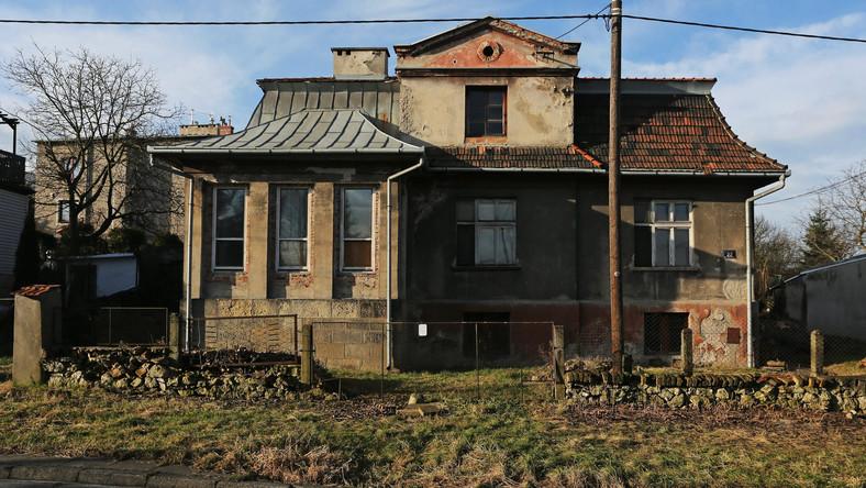 """Budynek przetrwał wojnę. Po 1945 roku urządzono w nim mieszkania komunalne. W 1992 roku """"Czerwony dom"""" stojący przy ulicy Heltmana 22 w Krakowie przeszedł w prywatne ręce. Na sprzedaż trafił w 2010 roku, a teraz kupił go deweloper, firma Dabster. Niewykluczone, że wkrótce powstaną tu mieszkania i lokale usługowe..."""