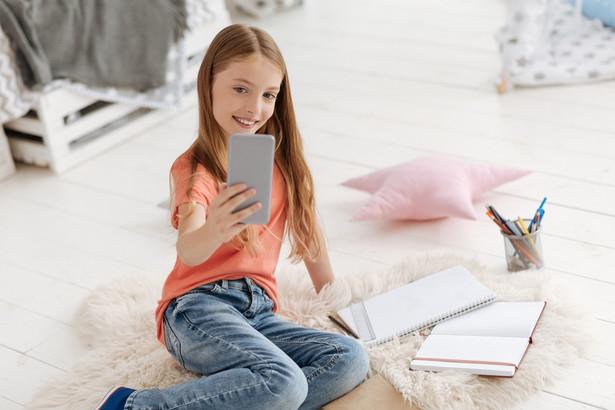 Współczesne dzieci, a także ich rodzice, publikują selfie w sieciach społecznościowych. Często robią to bez zastanowienia.