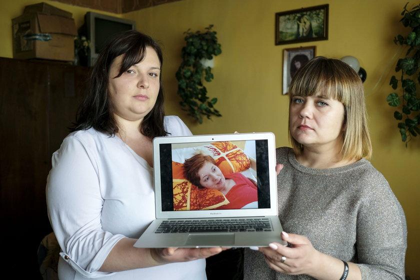 Paulina i Anna zbieraja srodki na rehabilitacje swojej kolezanki Karoliny Bebel, ktora ulegla powarz