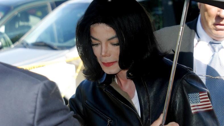 Ukochany król popu pedofilem? Sprawy o molestowanie seksualne dzieci przez Michaela Jacksona przez długie miesiące elektryzowały opiniępubliczną. Najpierw w 1993 roku oskarżenia wysunął Jordan Chandler – skończyło sięna ugodzie i 20 milionach dolarów wypłaconych jego rodzicom. Dekadę później sprawa molestowania wróciła na sądowe ławy, a po głośnym procesie Michael został oczyszczony z wszelkich zarzutów. Nigdy jednak nie odzyskał dawnej pozycji…