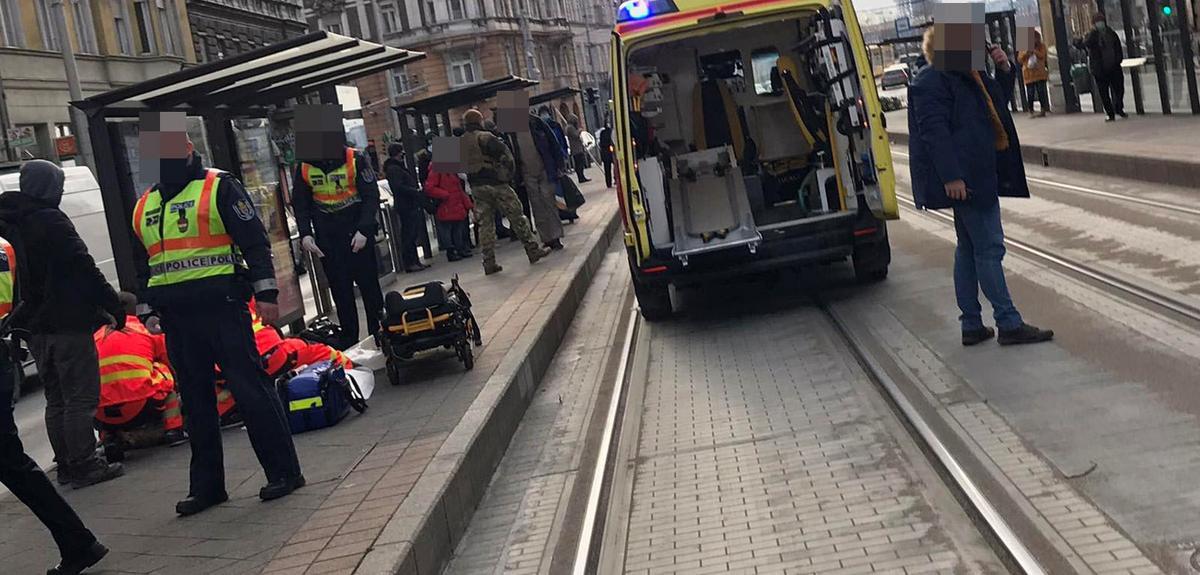 Villamosmegállóban késeltek meg egy embert Budapesten - Küzdenek az áldozat életéért - Helyszíni fotók