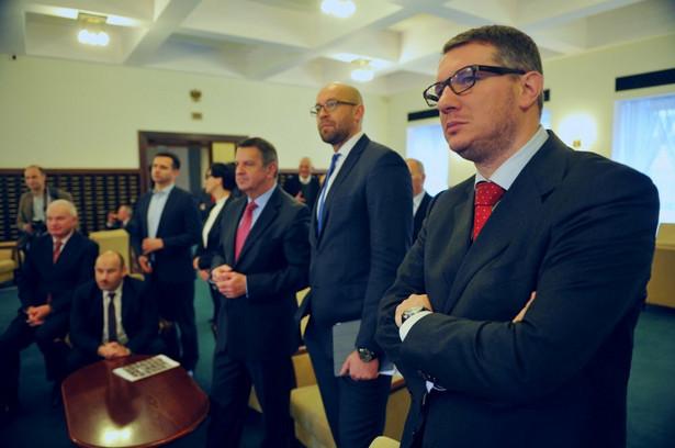 Przemysław Wipler ogląda w telewizji transmisje z KPRM