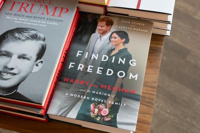 Biografija Megan Markl i princa Harija pored knjige o Donaldu Trampu koju je napisala njegova bratanica