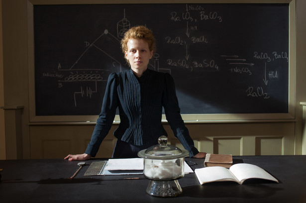 "Kadr z filmu ""Maria Skłodowska-Curie"" (2016), w reżyserii Marie Noëlle."