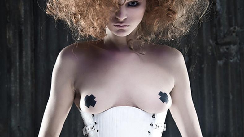 Takich gorsetów jeszcze nie widzieliście. Antiseptic Fashion szokuje niebanalnymi krojami oraz odważną stylizacją