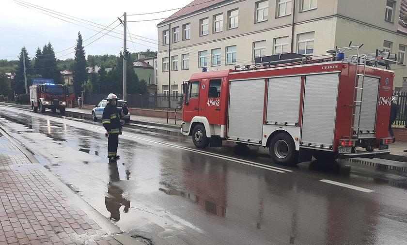 Dwikozy w woj. świętokrzyskim. Półtoraroczna dziewczynka wypadła z okna mieszkania.