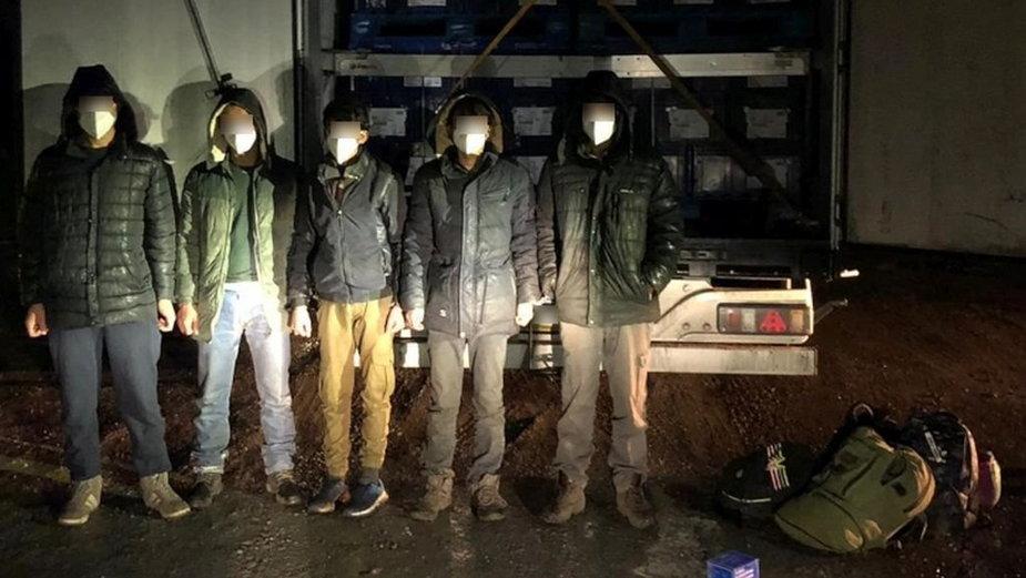 Ukrywali się w naczepie ciężarówki