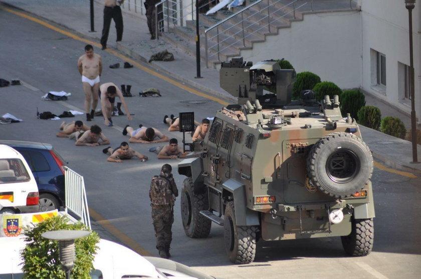 Aresztowani zostali zmuszeni do rozebrania się do bielizny