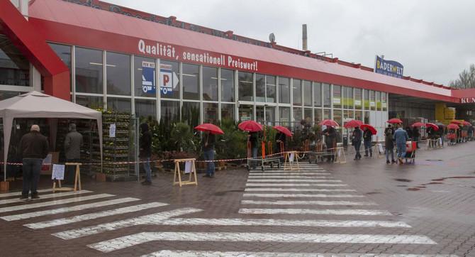 Distanca u redovima ispred prodavnice u Ulmu