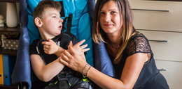 Samotna mama dwójki dzieci codziennie musi wnosić syna po schodach. Pomóżmy jej!