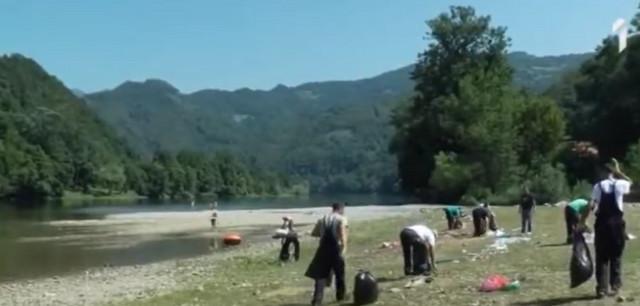 Neki su smeće bacali i u reku