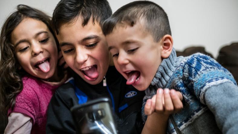 Raport UNICEF przedstawia aktualne dane dotyczące użytkowania Internetu przez dzieci