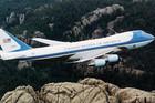 BELA KUĆA NA NEBU Trampov avion prostire se na tri sprata, ima mini apoteku, operacioni sto i mogućnost koju nema NIJEDAN drugi predsednički avion