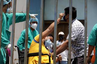 Dramatyczna sytuacja pandemiczna w Indiach. Kolejne kraje zapowiadają pomoc