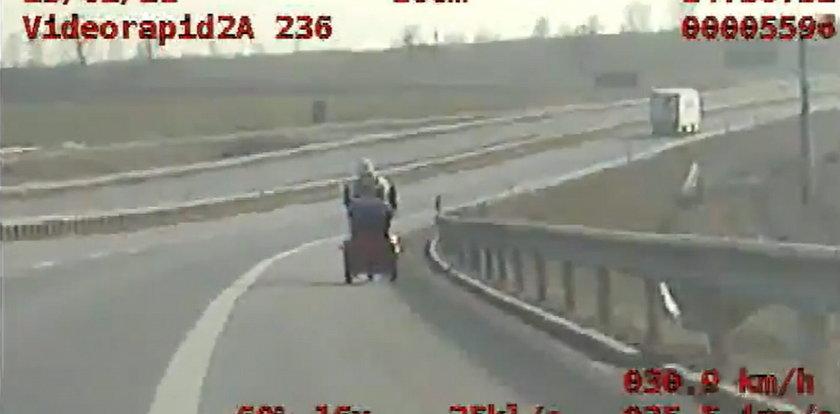 Kobieta jechała po drodze ekspresowej na... wózku inwalidzkim. Nagranie szokuje