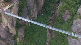 300-metrowy szklany most pękł pod stopami turystów, bo ktoś upuścił na niego kubek