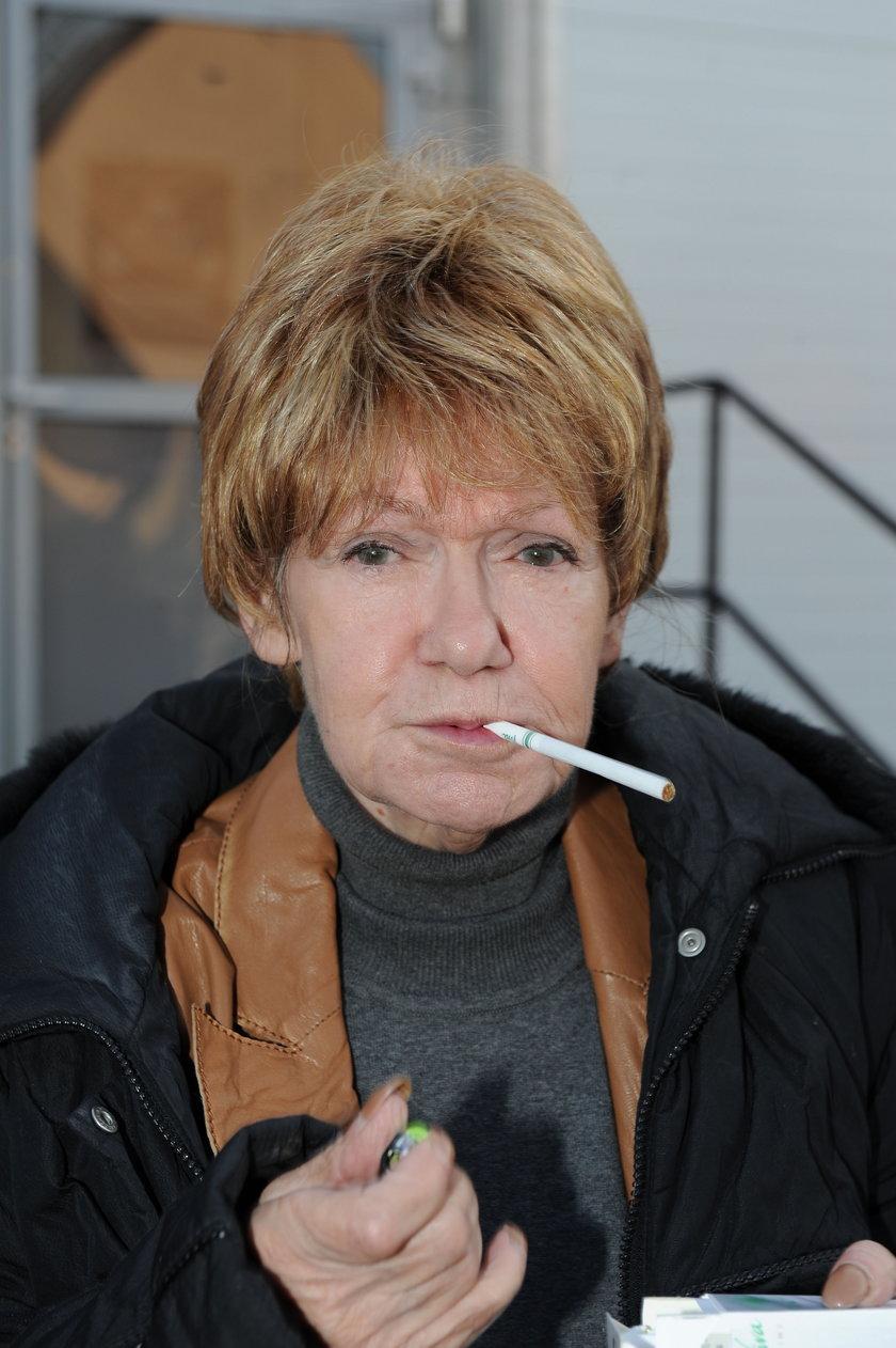 Maria Czubaszek z papierosem