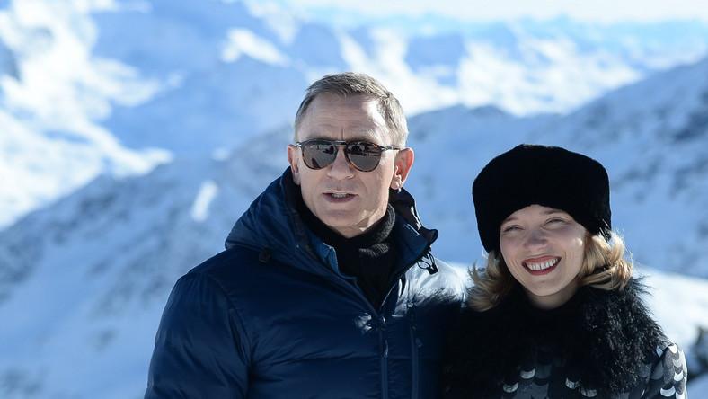 """Poprzedni film o Bondzie – """"Skyfall"""" (2012) – był najbardziej kasowym obrazem w historii Wielkiej Brytanii. Zarobiła na świecie 1,1 mld dolarów. Film zdobył dwa Oscary – za piosenkę tytułową wykonywaną przez Adele oraz za montaż dźwięku"""