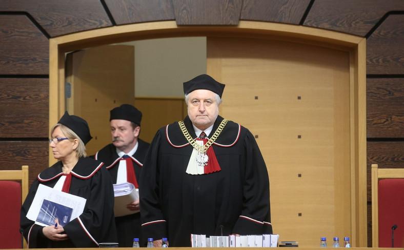 Przewodniczący TK Andrzej Rzepliński oraz sędziowie Piotr Pszczółkowski i Julia Przyłębska wchodzą na salę rozpraw w siedzibie Trybunału Konstytucyjnego w Warszawie