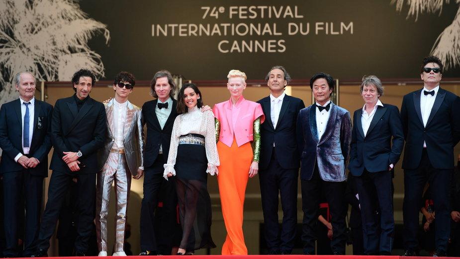 """Obsada filmu Wesa Andersona """"The French Dispatch"""" na czerwonym dywanie 74. Festiwalu Filmowego w Cannes"""