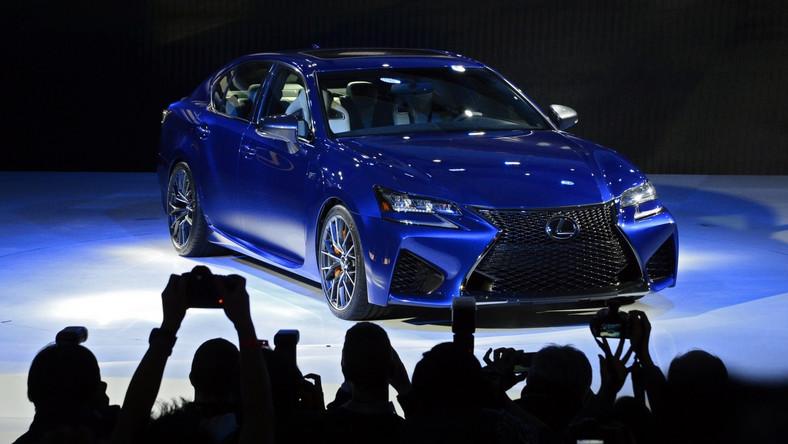 """Litera """"F"""" na klapie samochodów Lexusa oznacza największe emocje za kierownicą. Nowy GS F jest najmłodszym dzieckiem japońskich inżynierów - młokos bierze na celownik takie niemieckie rakiety jak BMW M5 i mercedes E 63 AMG. Samochód tryska energią z każdej strony. Z przodu GS F rozpoznasz po osłonie wlotu powietrza w kształcie klepsydry przypominającym czarną siatkę. Auto na świat patrzy przez diodowe reflektory. Również kierunkowskazy i światła do jazdy dziennej są wykonane w technologii LED. Te ostatnie wcinają się w błotniki niczym miecz samuraja."""