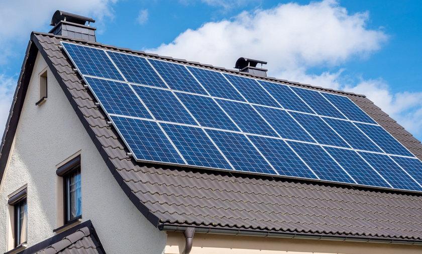 Rosnące ceny prądu i program dopłat sprawiły, że Polacy masowo zaczęli instalować fotowoltaikę na dachach domów