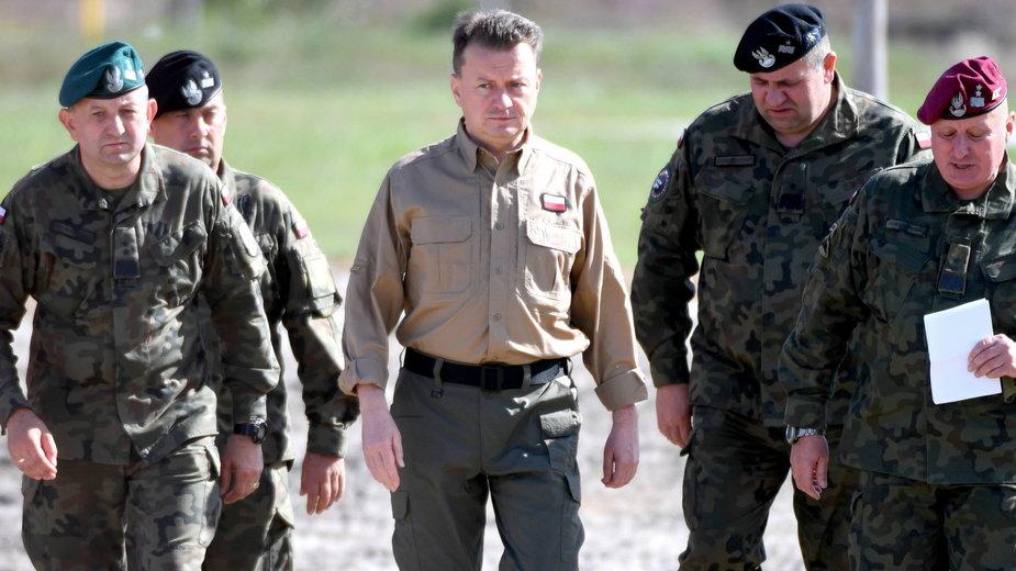 Minister obrony narodowej Mariusz Błaszczak ( w środku) podczas szkolenia pododdziałów 18. Dywizji Zmechanizowanej Wojska Polskiego w Nowej Dębie