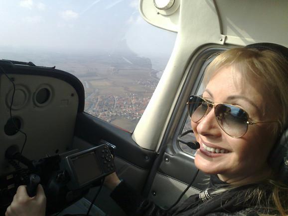 Novinarka Blica pilotira