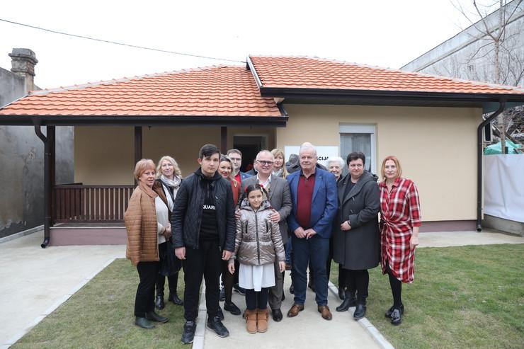 Porodica Mitrović sa donatorima ispred nove kuće