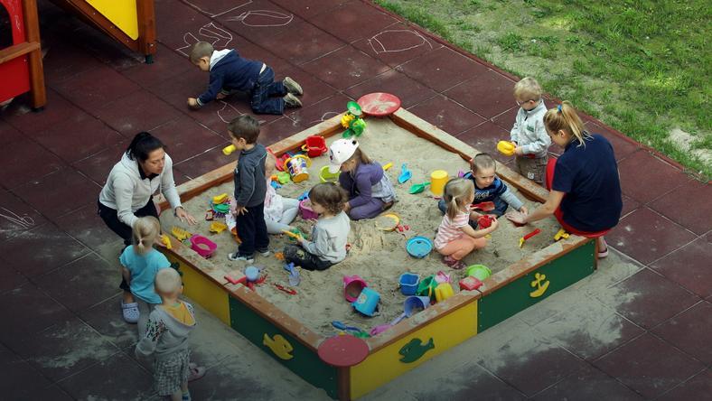 Dzieci na placu zabaw w żłobku nr 46 przy ul. Przybyszewskiego w Warszawie