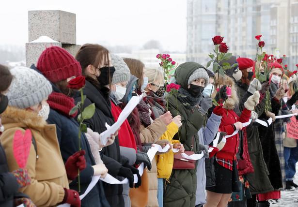 Pięć osób zatrzymano w Symferopolu na anektowanym Krymie, trzy w Moskwie, dwie w Nowosybirsku. Niektóre osoby policja zwolniła krótko po zatrzymaniu.