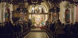 Ksiądz nagrywa wiernych w kościele