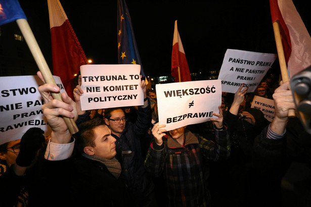 Przed parlamentem protestuje kilkaset osób