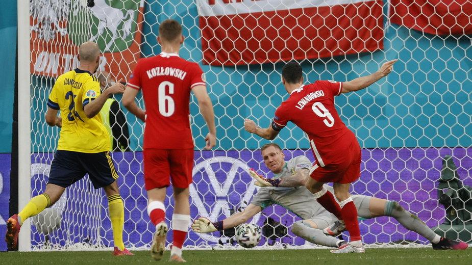 Tak Robert Lewandowski pokonał Robina Olsena w meczu Polska - Szwecja na Euro 2020