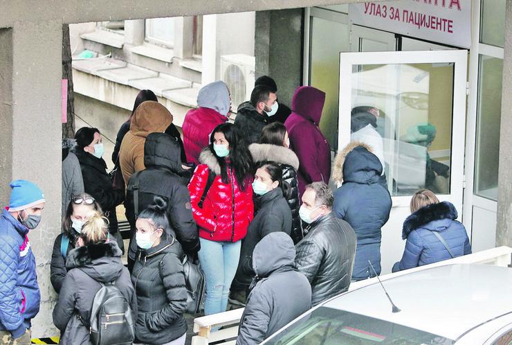 alarmantno-za 24h 138 novih kovid pacijenata u Smederevu-guzve ispred kovid ambulante 261120 foto Nenad Pavlovic 001