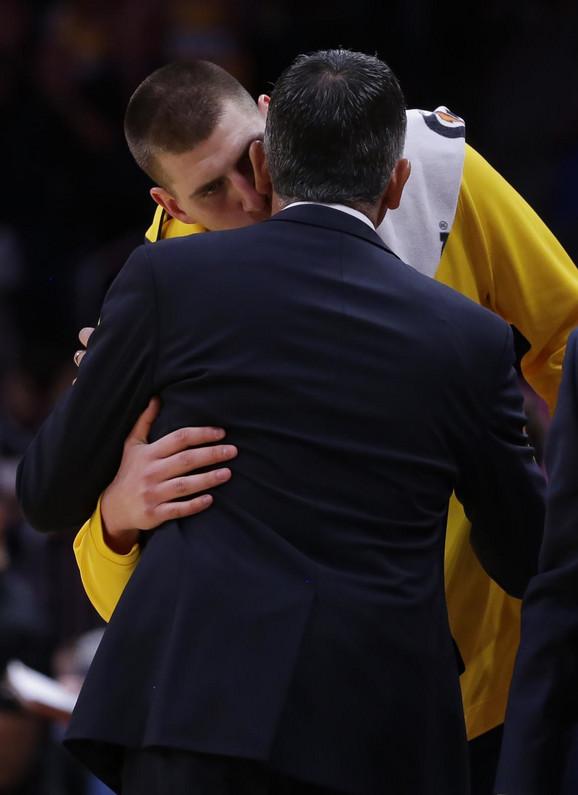 Nikola Jokić i trener Denvera Majkl Malon