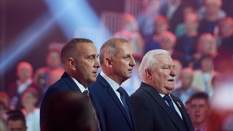 Były prezydent RP Lech Wałęsa (P), przewodniczący KP PO Sławomir Neumann (C) i przewodniczący PO Grzegorz Schetyna (L) podczas Konwencji Krajowej Platformy Obywatelskiej