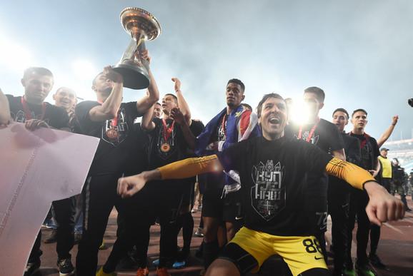 Stojković sa saigračima slavi osvajanje Kupa Srbije
