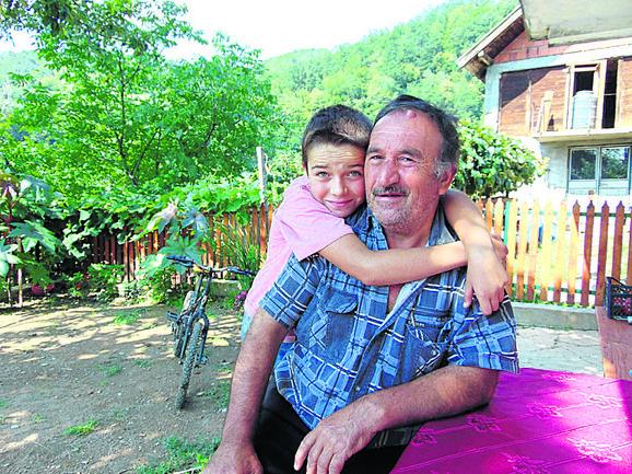 O bolesnom dedi brinu sve troje, ali najmlađi unuk je tu i da zagrli: Nikola i Vladimir