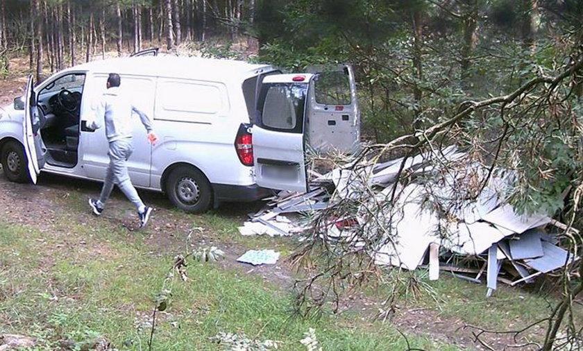 Dwóch mężczyzn wyrzuciło śmieci w lesie w Białej
